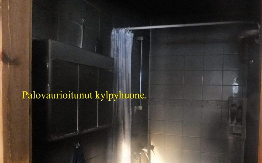 Palo, sähkölaitteen oikosulku kylpyhuoneessa