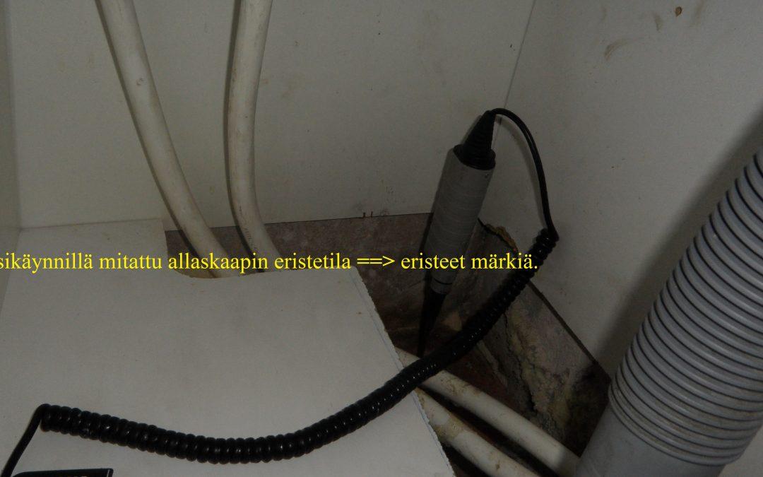 Vesi, kosteusvaurio keittiön allaskaapin viemärivuoto